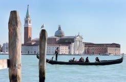 Tragende Touristen des Gondolieren in Venedig Stockbild