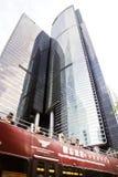 Tragende Touristen einer Tram und andere Passagiere, die in Richtung zur Spitze, überschreiten durch Citibank-Piazza u. ICBC-Turm  Lizenzfreie Stockfotografie