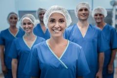 Tragende Uniform des begeisterten weiblichen Chirurgen stockfotos