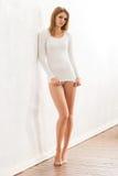 Tragende Unterwäsche des dünnen und netten Mädchens mit sportlicher Zahl Stockfotografie