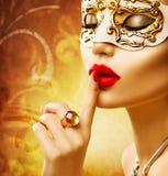 Tragende venetianische Maske der vorbildlichen Frau der Schönheit stockbilder