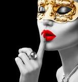Tragende venetianische Maske der vorbildlichen Frau der Schönheit Lizenzfreie Stockfotos