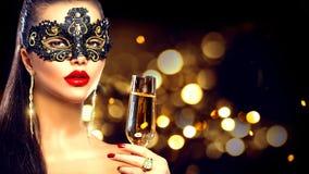 Tragende venetianische Maskerademaske der sexy vorbildlichen Frau stockbild