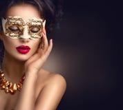Tragende venetianische Maskerademaske der sexy vorbildlichen Frau stockbilder