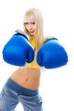 Tragende Verpackenhandschuhe der reizvollen blonden Frau Lizenzfreies Stockbild