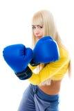 Tragende Verpackenhandschuhe der reizvollen blonden Frau Lizenzfreies Stockfoto