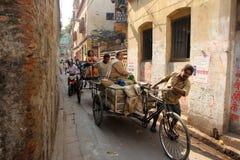 Tragende Waren Rckshaw-Abziehvorrichtung auf der Straße von Kolkata Stockfoto