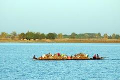 Tragende Waren und Leute des Bootes in Afrika Lizenzfreie Stockbilder