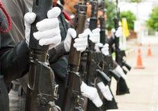 Tragende weiße Handschuhe der Polizei Stockfoto