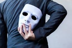 Tragende weiße Maske des Geschäftsmannes zu seinem Körper, der Geschäftsbetrug anzeigt und Personengesellschaft fälscht Stockbild