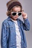 Tragende weiße Sonnenbrille des Jungen Lizenzfreie Stockbilder