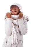 Tragende Winterkleidung der jungen Afroamerikanerfrau lizenzfreie stockfotografie