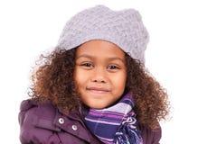 Tragende Winterkleidung des kleinen afrikanischen asiatischen Mädchens Lizenzfreies Stockbild