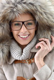 Tragende Winterkleidung und -brillen der Frau stockfotografie