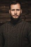 Tragende Wolljacke des gutaussehenden Mannes lizenzfreie stockfotografie