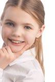 Tragende Zahnklammern des kleinen Mädchens Lizenzfreies Stockbild