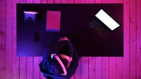 Tragender aufpassender Strom des Kopfhörers des Gamer eines Spiels Weiße Bildschirmanzeige stockfoto