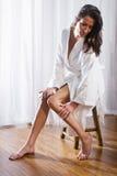 Tragender Bademantel der schönen Brunettefrau Stockbilder
