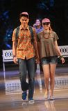 Tragender Batik des asiatischen Jugendmodells an der Modeschaurollbahn Lizenzfreies Stockfoto