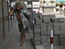 Tragender Betonblock des Bauarbeiters Stockfotos