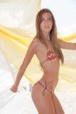 Tragender Bikini athletischer dünner blonder Dame umgeben durch Gewebe Lizenzfreies Stockfoto