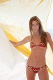 Tragender Bikini athletischer dünner blonder Dame umgeben durch Gewebe Stockfoto