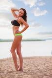 Tragender Bikini der Frau, der auf Strand geht Stockfotos