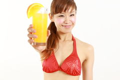Tragender Bikini der jungen japanischen Frau mit tropischem Getränk Stockfotos