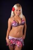 Tragender Bikini der reizvollen blonden Frau Stockfotografie