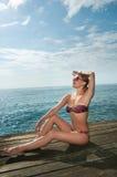 Tragender Bikini des reizvollen roten Mädchens an Stockbild