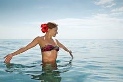 Tragender Bikini des reizvollen roten Mädchens Stockbild