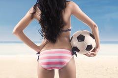 Tragender Bikini des sexy Fußballfans am Strand Lizenzfreie Stockfotos