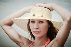 Tragender Bikini und Hut des Mädchens stockbilder
