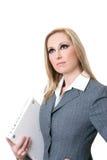 Tragender Computerlaptop der überzeugten Geschäftsfrau stockfoto