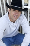 Tragender Cowboyhut des Mannes Stockbilder