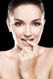 Tragender Diamantring der schönen Frau Lizenzfreies Stockfoto