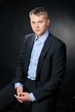 tragender Gesellschaftsanzug des blonden Mannes stockfotografie