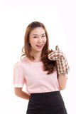 tragender Handschuhhandschuh des Frauenbäckers, Daumen herauf Handzeichen gebend Stockfoto