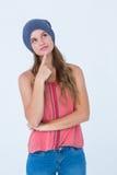 Tragender Hut der durchdachten Frau mit dem Finger auf Kinn Stockfotos