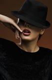 Tragender Hut der eleganten reizvollen Dame Lizenzfreie Stockfotografie