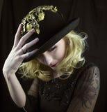 Tragender Hut der Frau mit Goldordnung Stockfotografie