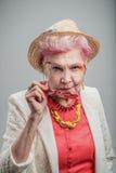 Tragender Hut der schönen älteren blonden Frau lizenzfreie stockfotos
