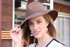 Tragender Hut der schönen Frau Lizenzfreie Stockfotos