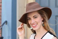 Tragender Hut der schönen Frau Lizenzfreies Stockbild