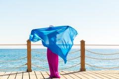 Tragender Hut der Schönheit und rosa Rock Lizenzfreie Stockfotografie