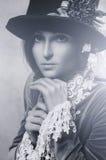 Tragender Hut der Schönheitsfrau mit Blumen Lizenzfreie Stockfotos