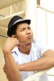 Tragender Hut des asiatischen Kerls lizenzfreies stockbild