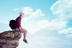 Tragender Hut des asiatischen Reisenden auf die Oberseite des Berges Lizenzfreies Stockbild