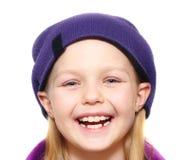 Tragender Hut des kleinen Mädchens Lizenzfreie Stockfotografie