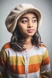 Tragender Hut des kleinen Mädchens Lizenzfreies Stockfoto